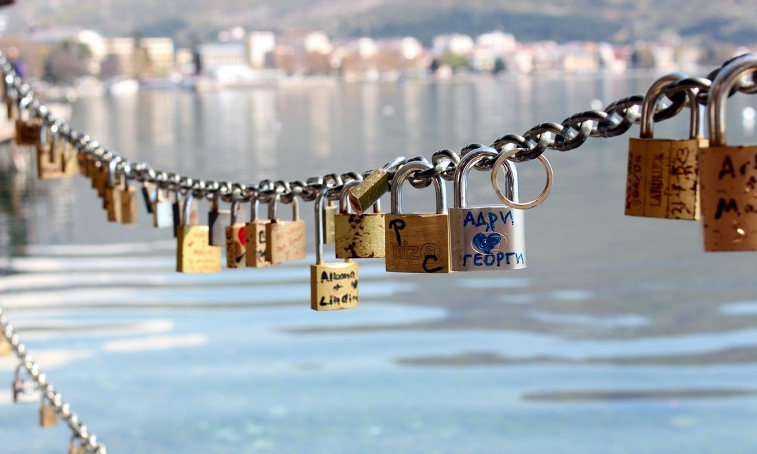 A chain filled with love locks on the banks on Lake Ohrid, an unmissable stop in the places to visit in Macedonia.