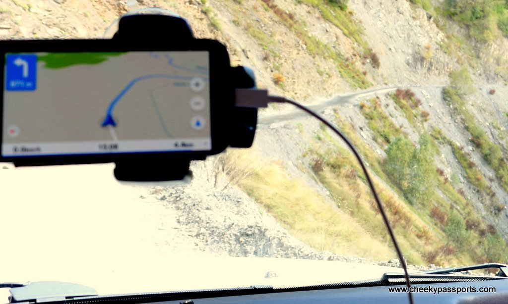 windscreen with attached smartphone showing route, Map or GPS?