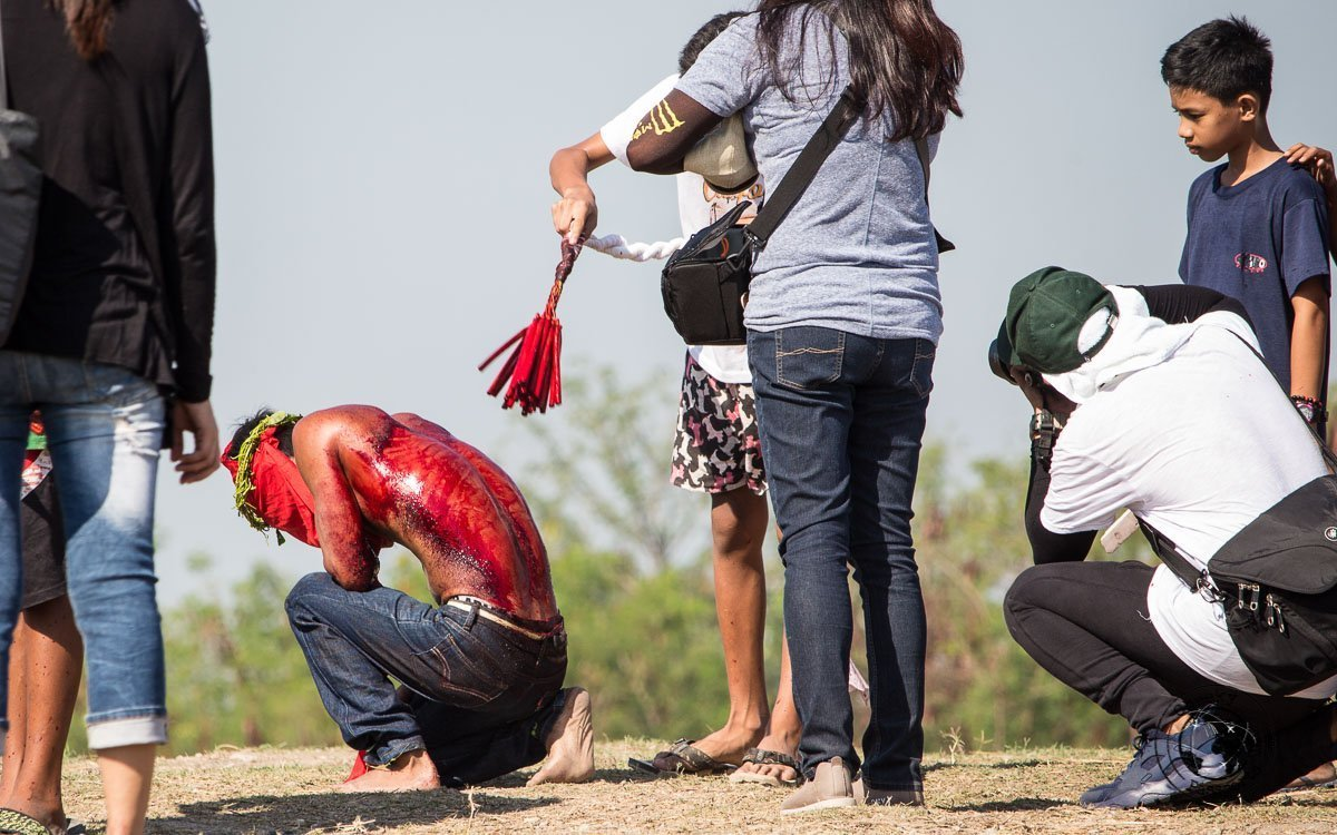 penitents gaining attention and selfies - crucifixion at san pedro cutud