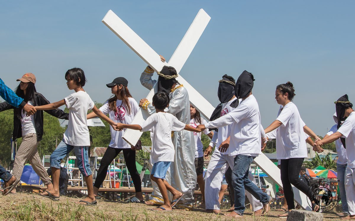 carrying the cross - crucifixion at san pedro cutud