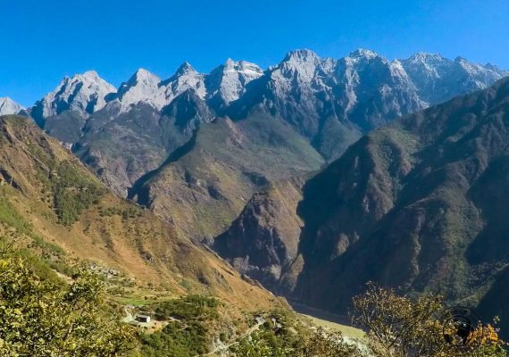A view of the mountain on one side of the tiger leaping gorge