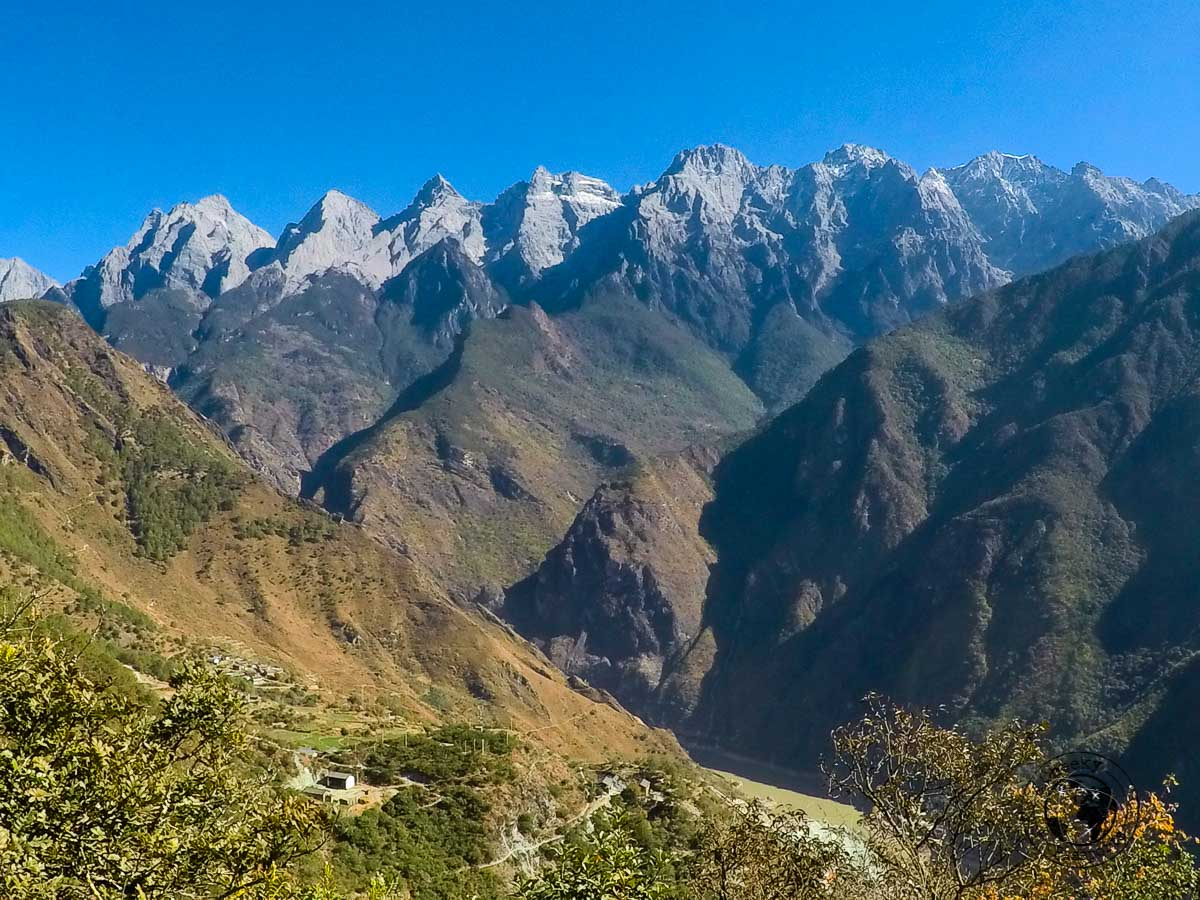 A view of the mountain on one side of the tiger leaping gorge - Yunnan trekking