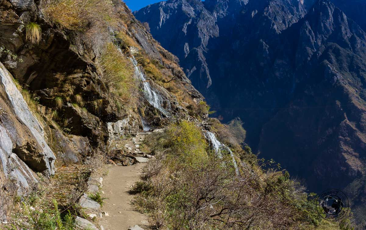 The path along the tiger leaping gorge - Yunnan trekking