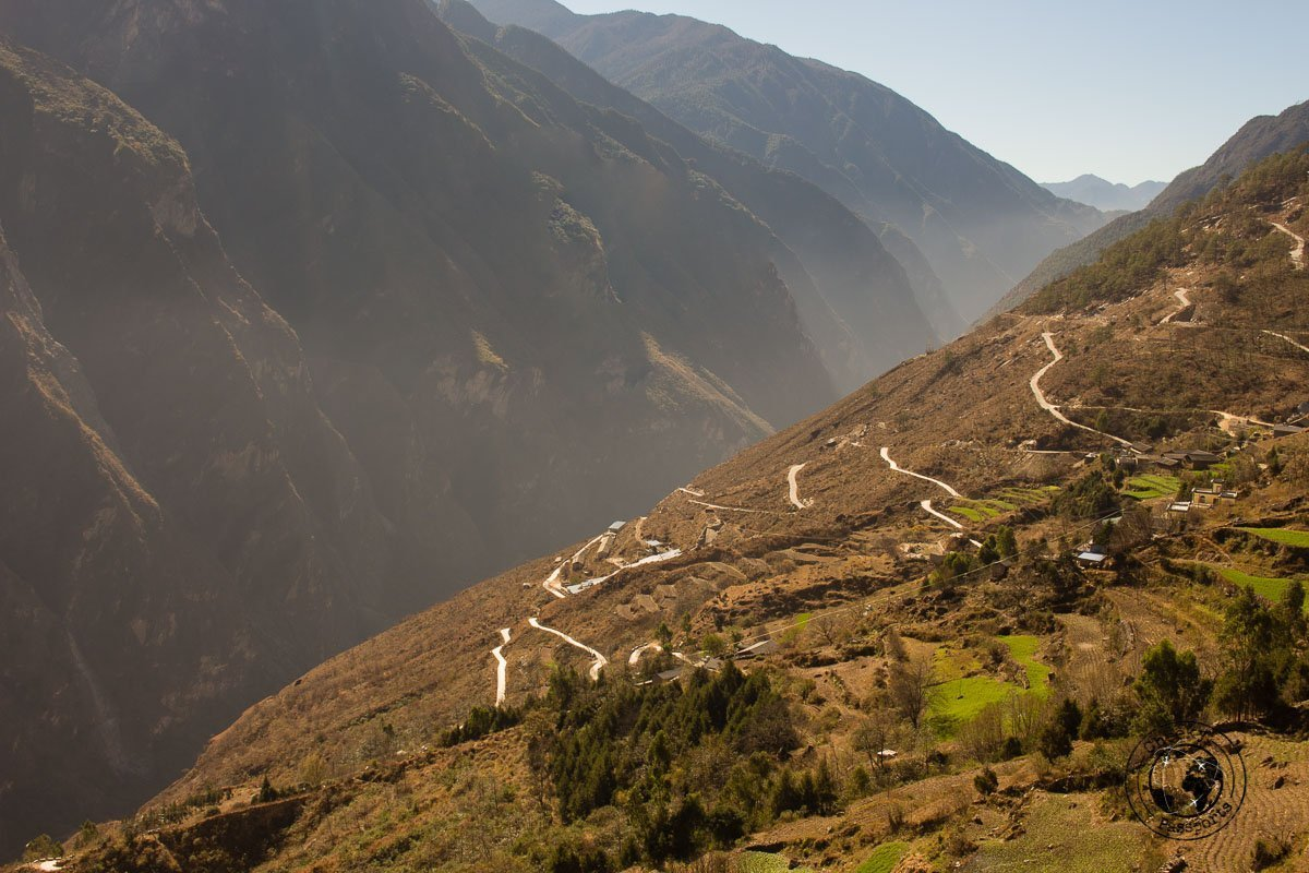 The windy path down to the river at the Tiger Leaping gorge